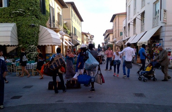 Sales-of-fake-bags-in-centre-of-Forte-dei-Marmi-in-front-of-the-new-Louis-Vuitton-boutique
